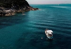 una barca in mezzo al mare