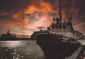 Nave rimorchiatrice nel porto di Civitavecchia