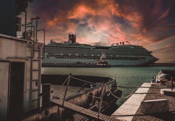 Nave al porto di civitavecchia