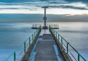 pontile con vista sul mare